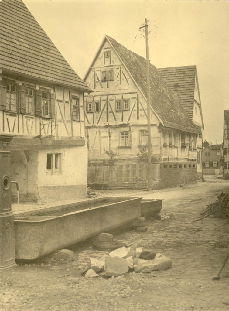 Bachstraße 3-7 und Brunnen um 1912