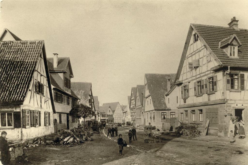 Blick vom Rathaus in Untere Hauptstraße um 1900